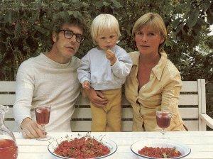 Johan som barn (jättesöt redan då eller hur?) tillsammans med mamma Anki och pappa Bo Widerberg.