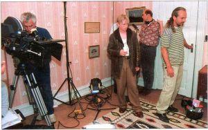 Koncentrationen kring kameran är extra viktig när det är trångt på inspelningsplatsen, som här i lärarinnans sovrum, fullt av fotografer, ljudmän, scripta, regissör och skådespelare.